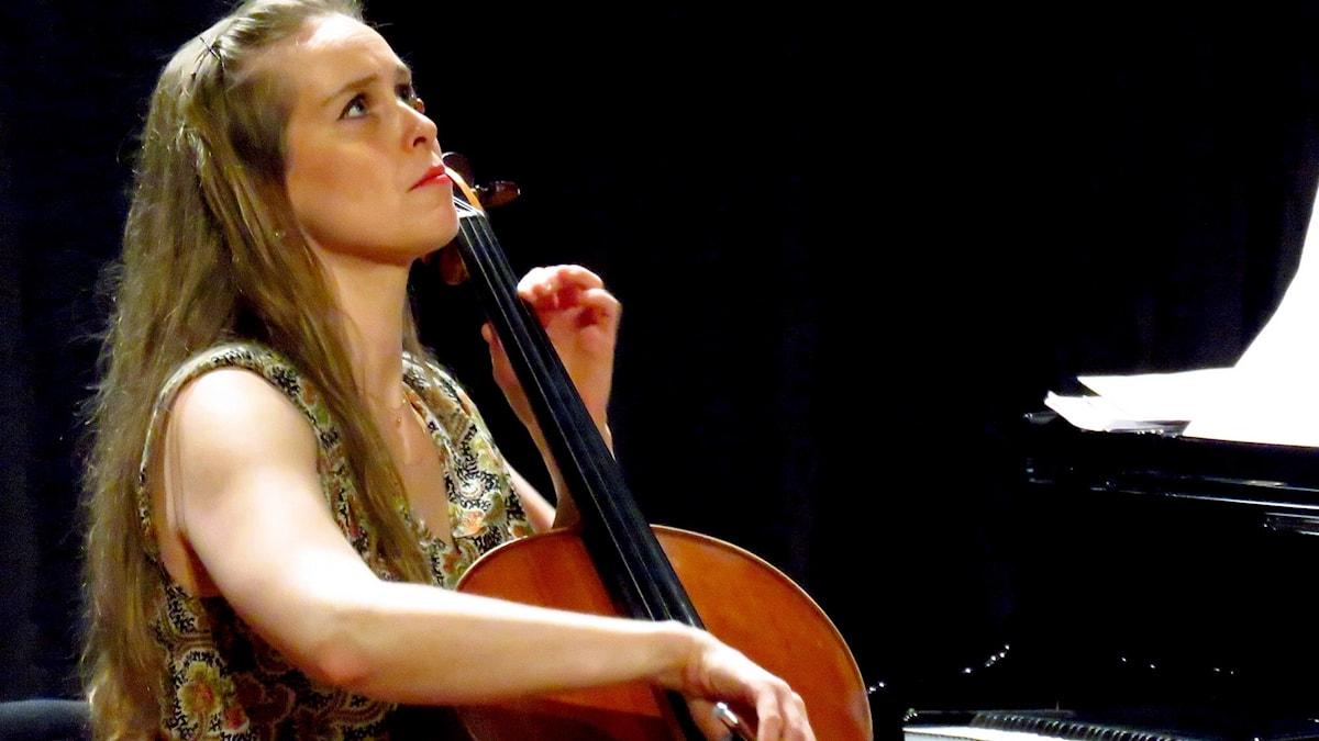 Astrid Lindell spelar cello i Chamber unplugged-konserten.