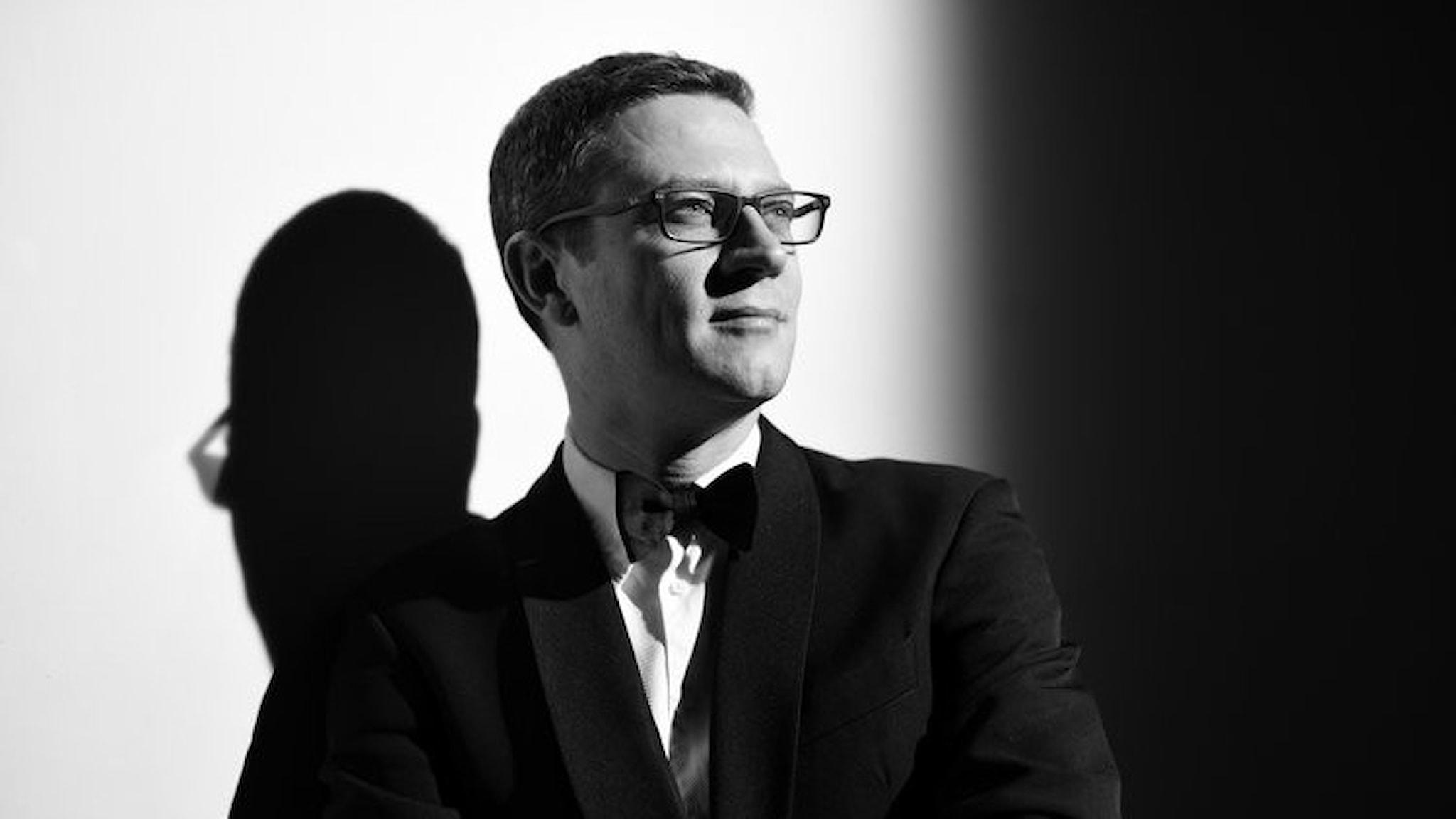 John Wilson dirigerar sin egen orkester i Hollywood-Rhapsody.