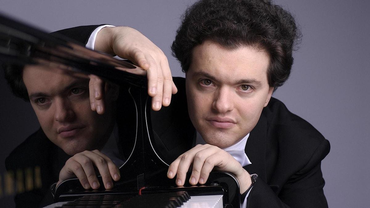 Pianisten Jevgenij Kissin hörs i en av kvällens konserter.