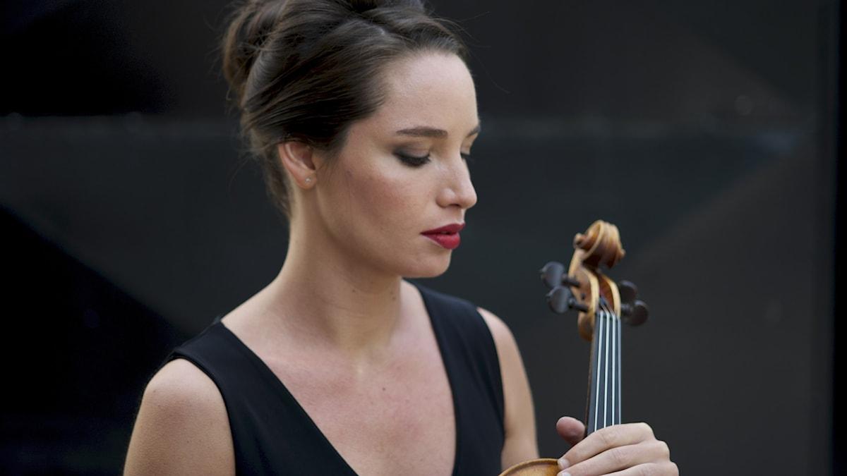 Bild: Lise Berthaud är solist i konserten med Ulsterorkestern.