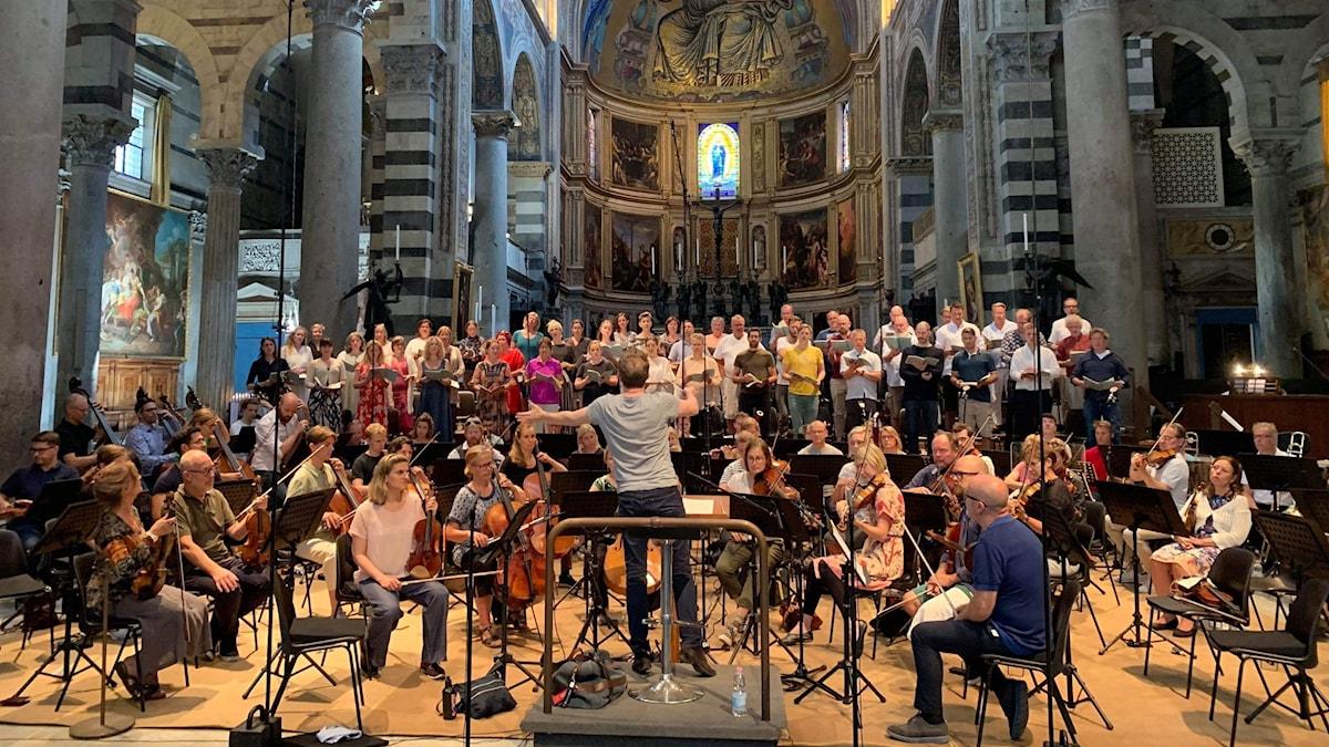 Bild: Radiokören och Sveriges Radios symfoniorkester repeterar i Pisa.
