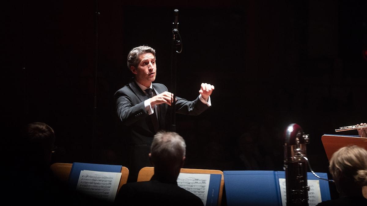 Lucas Macías Navarro dirigerade stråkarna ur Sveriges Radios Symfoniorkester.