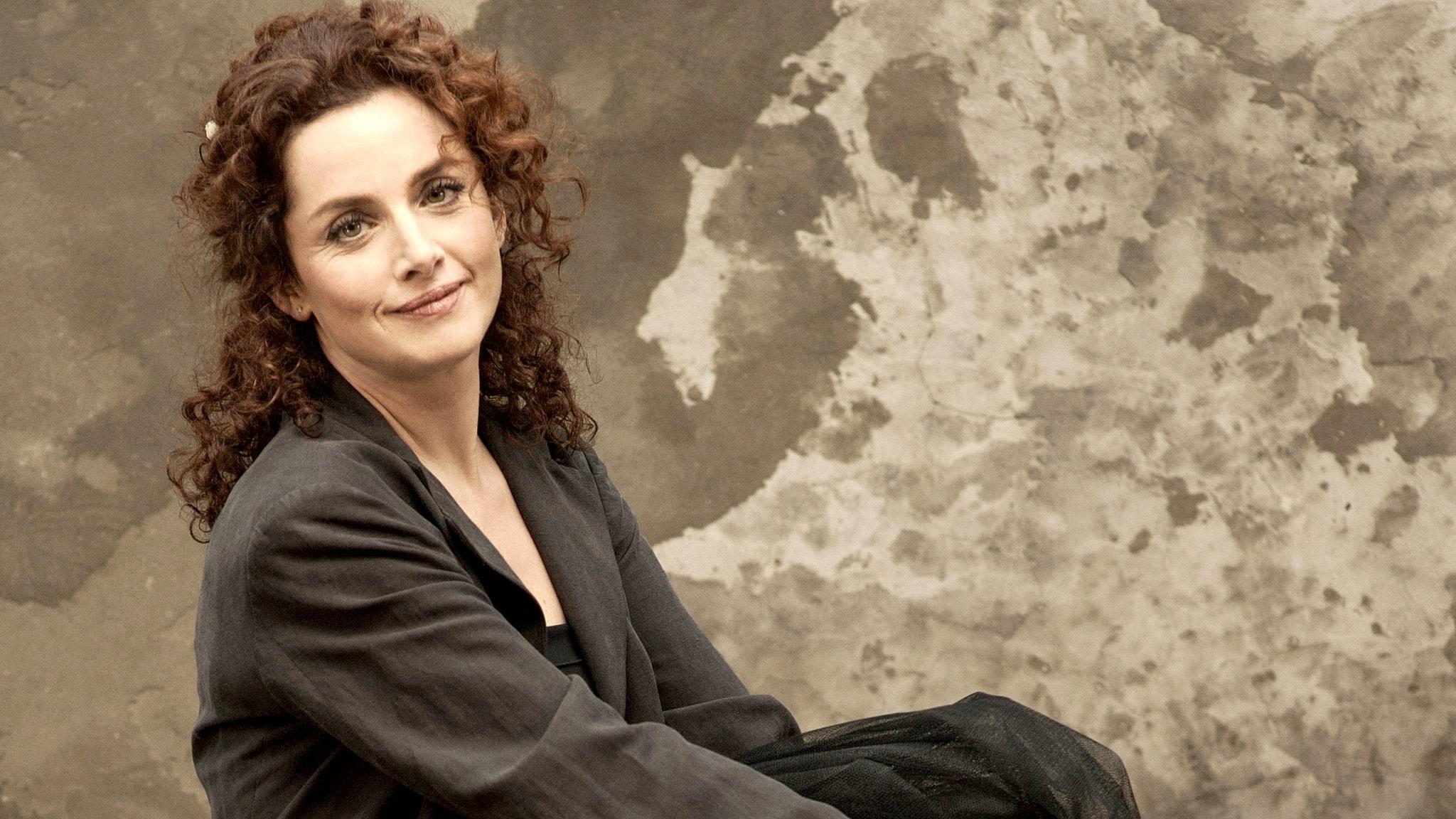 Foto på den franska dirigenten Emmanuelle Haïm.
