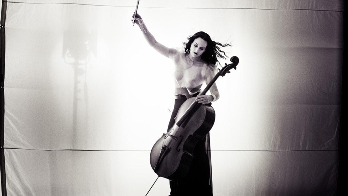 Den amerikanska cellisten Maya Beiser.