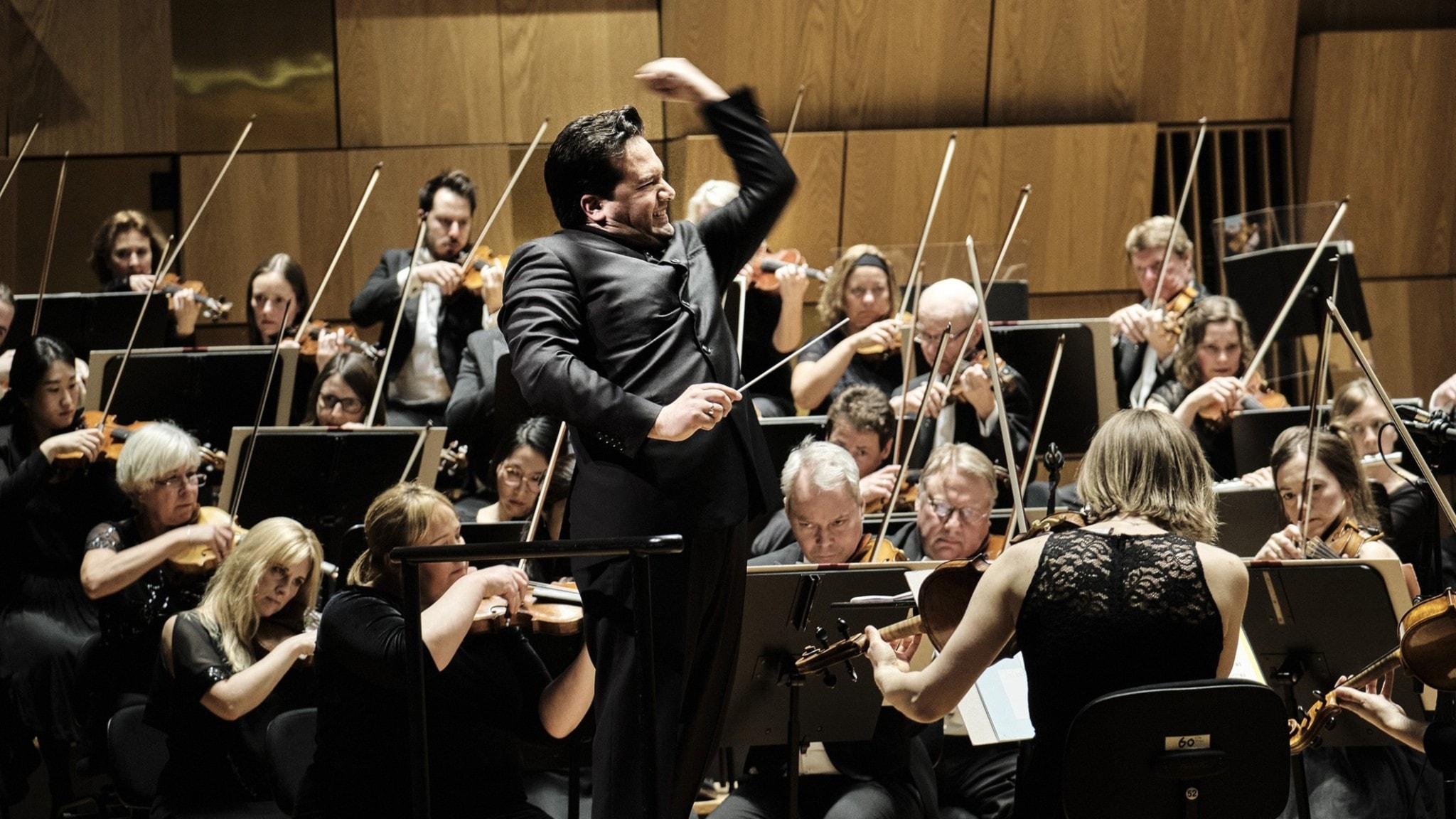 Bild: Malmö symfoniorkester och dirigent Robert Trevino.