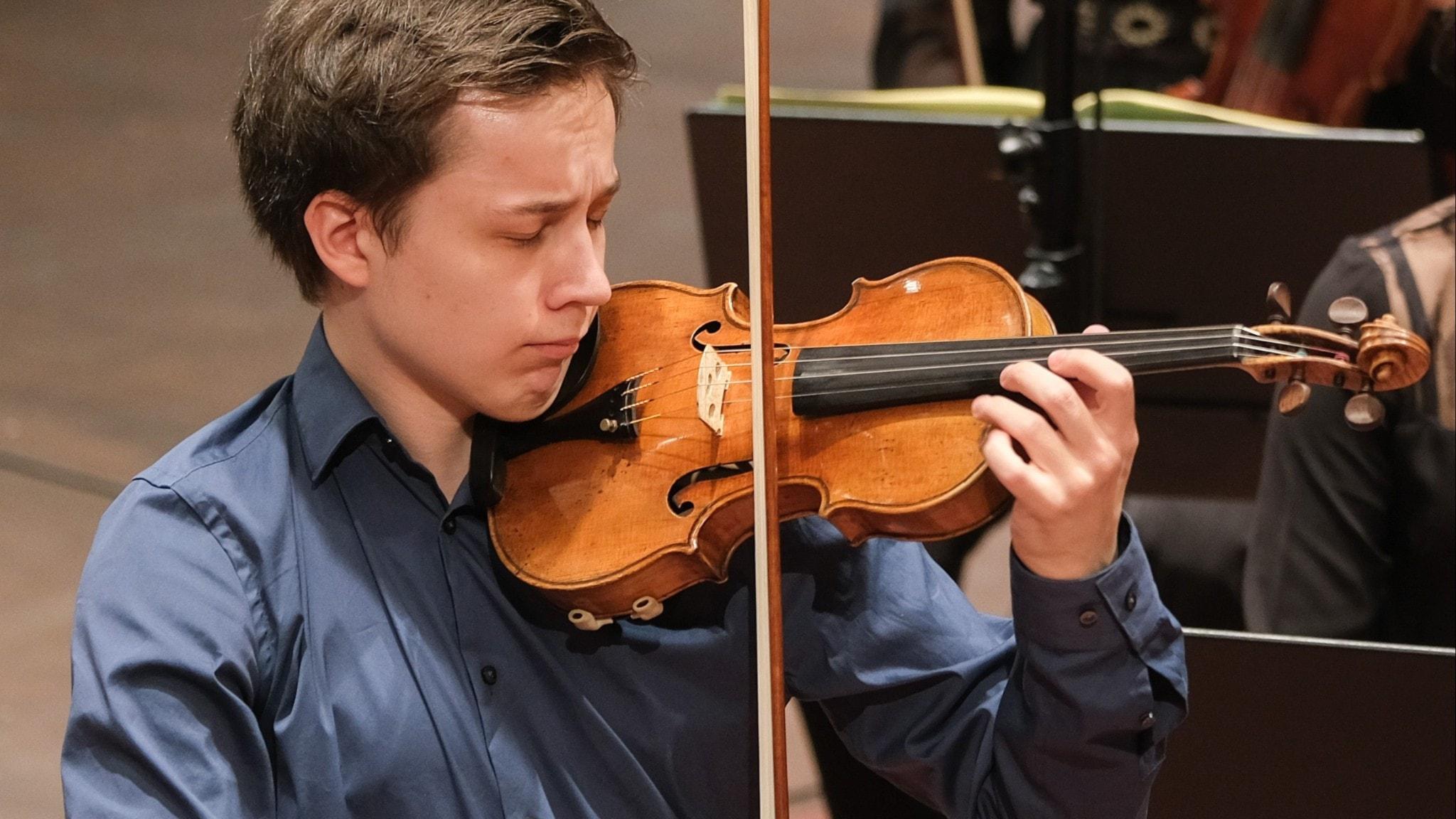 Bild: Johan Dalene i Mendelssohns violinkonsert.