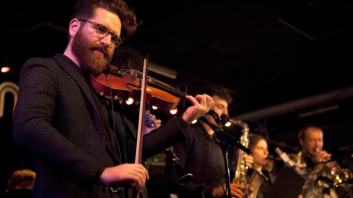 Violinisten Théo Ceccaldi förgrunden när Orchestre National de Jazz spelade i Göteborg.