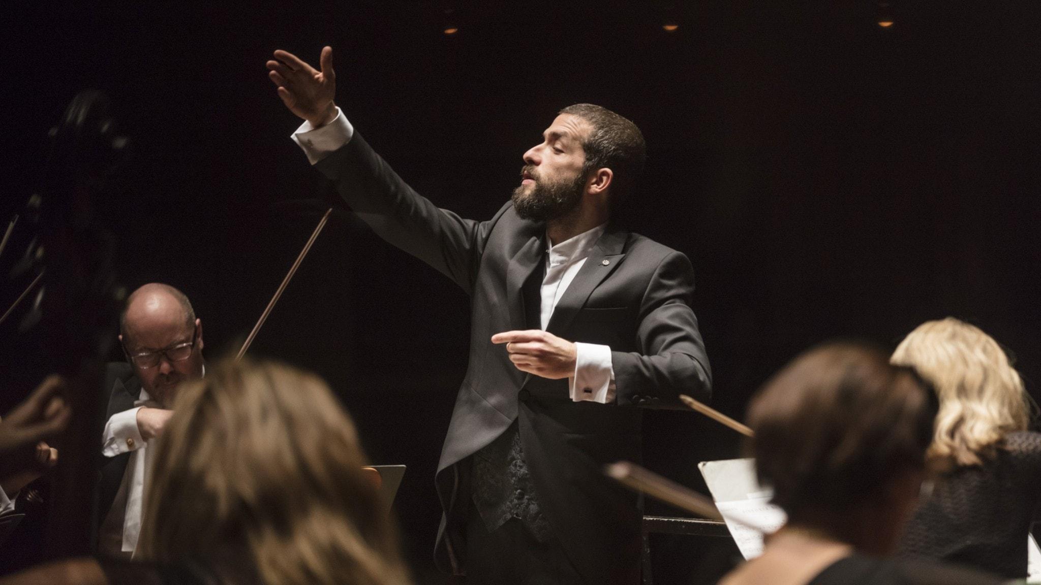 Bild: Dirigenten Omer Meir Wellber och Sveriges Radios symfoniorkester.