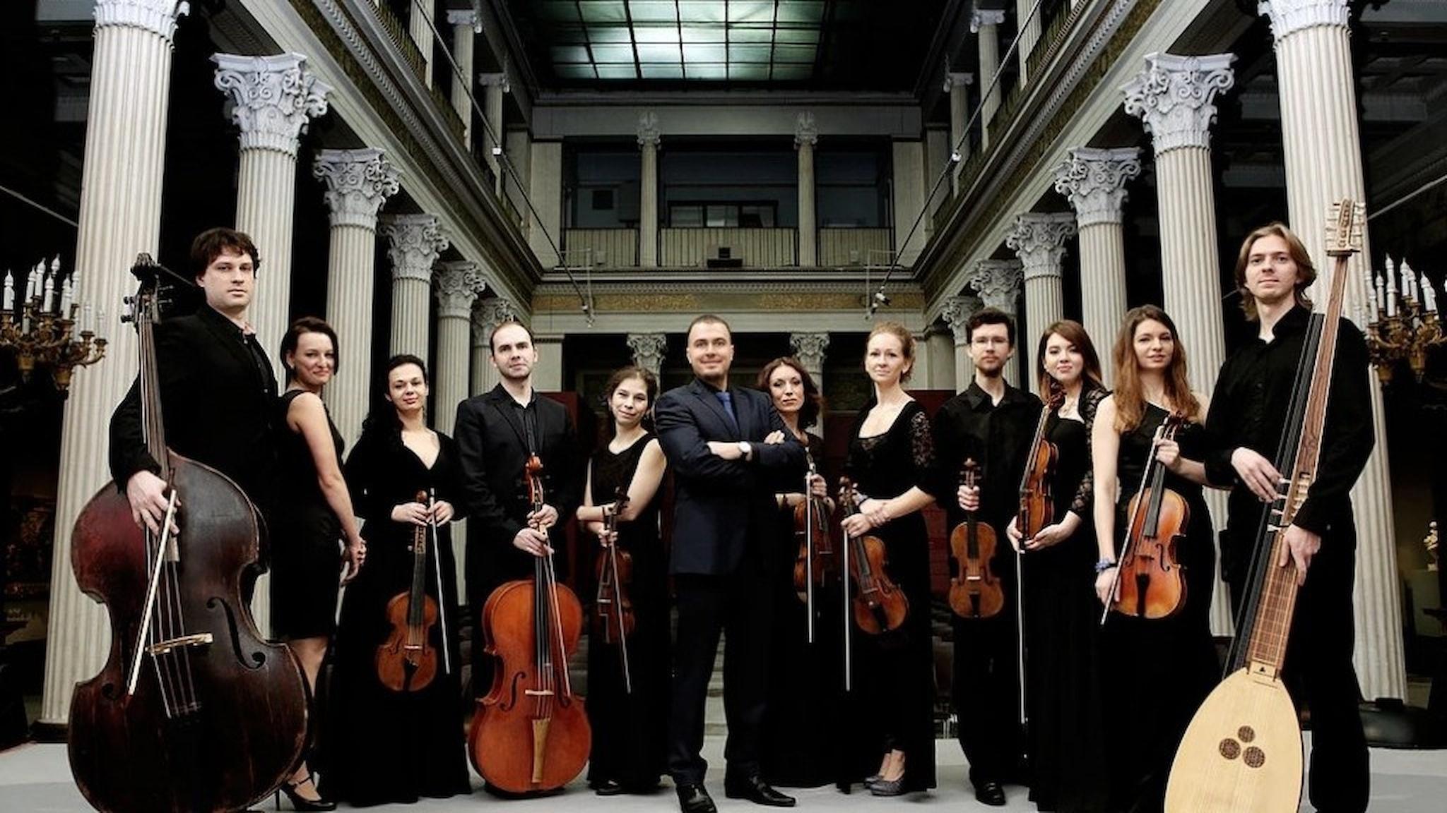 Konsertens ensemble poserar med sina instrument.