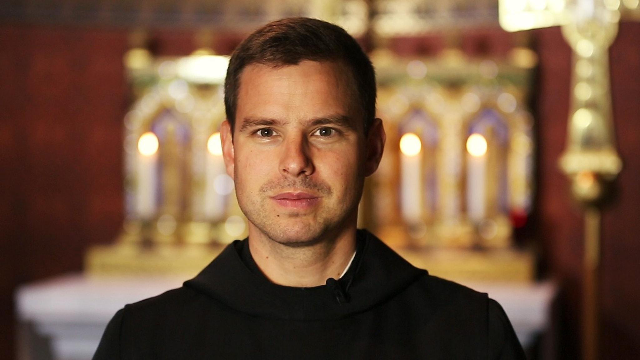Portätt av dirigenten Fader Phillipp Meyer, i kyrkan i Maria-Laach