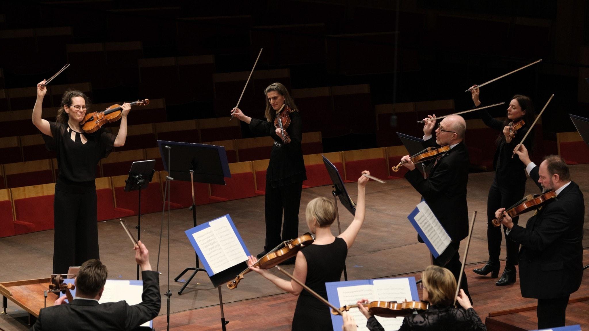 Bild: Konsertmästare Malin Broman leder Radiosymfonikerna.
