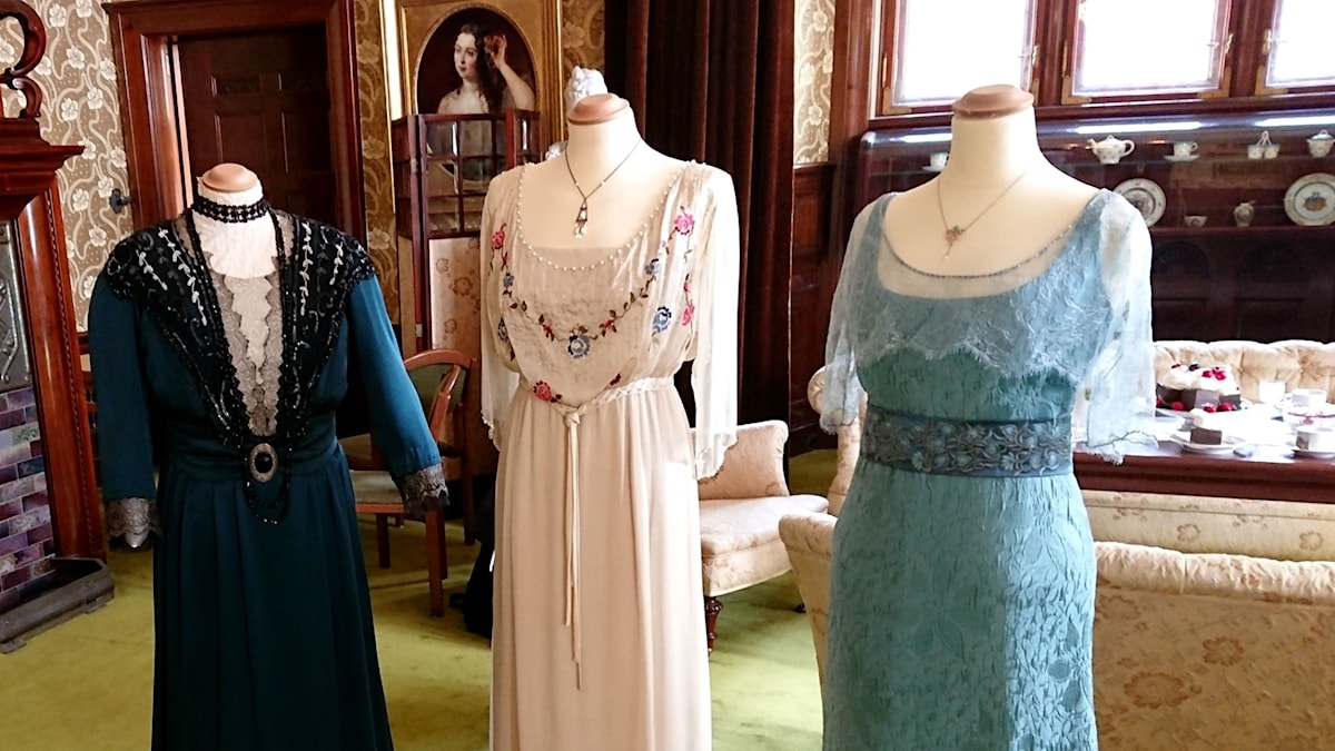 Kläder från tv-serien The Downton Abbey utställda på Tjolöholms slott.