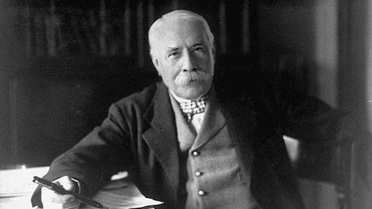Edward Elgar vid sitt skrivbord, tittandes in i kameran.