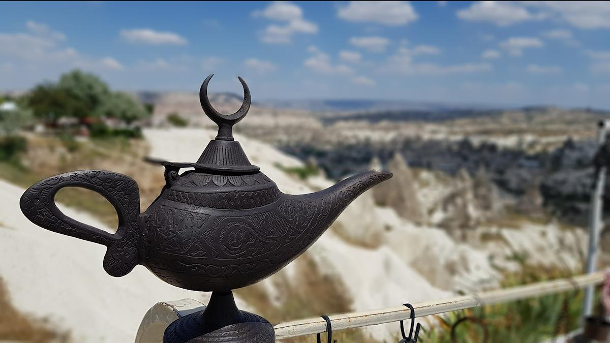 En magisk lampa och ett orientaliskt landskap i bakgrunden.