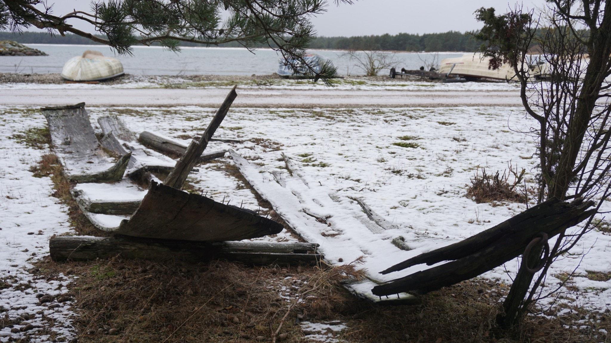 Rester av en flyktbåt vid Sjaustru, Gotland