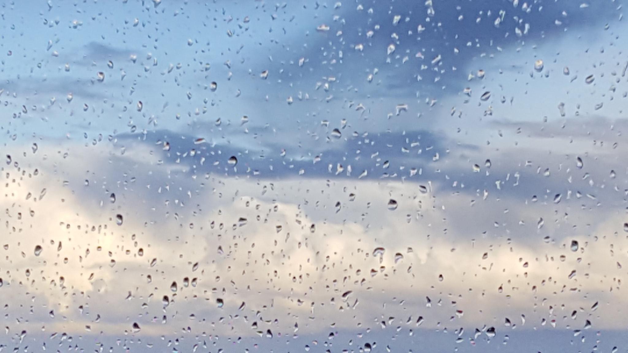 Moln och regn på höstens ruta.