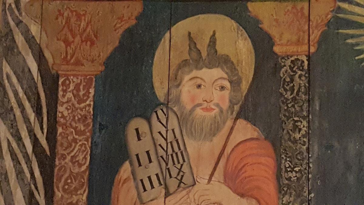 Moses avbildad med horn i Hedared stavkyrka.