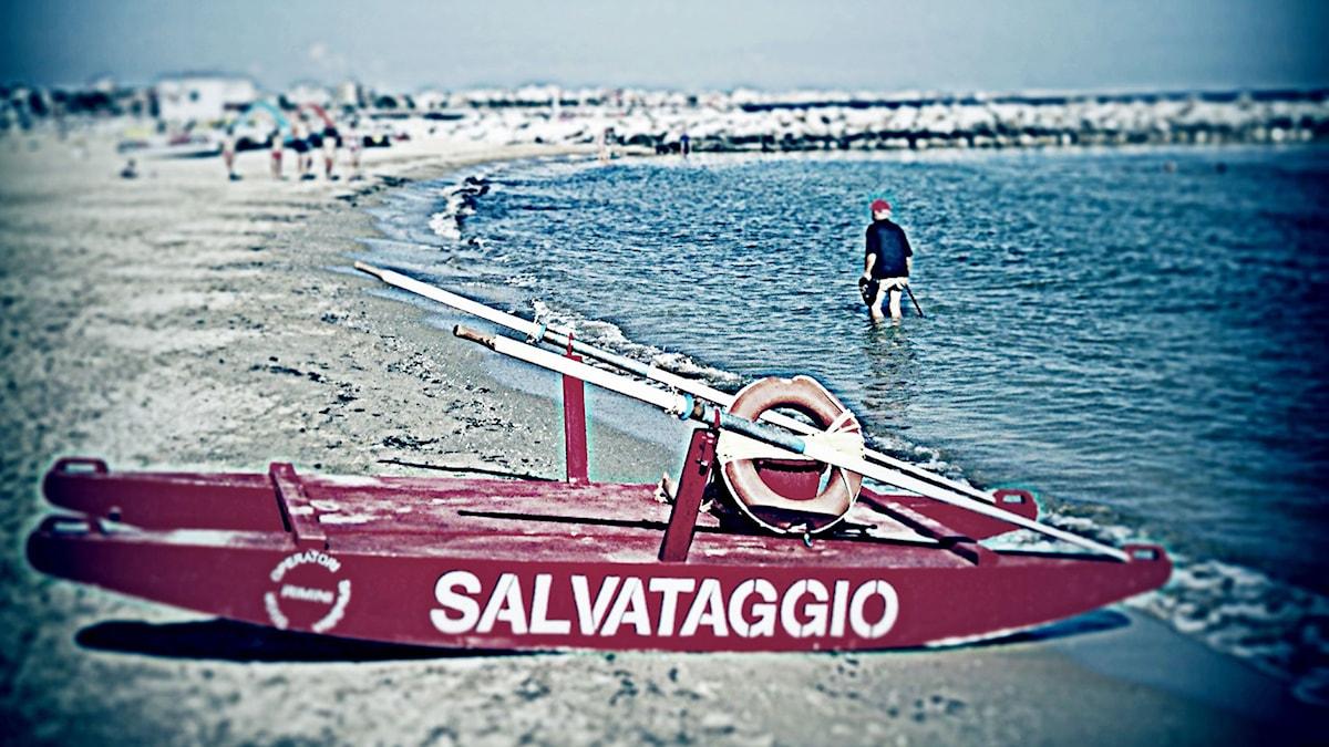 Livräddningsbåt på en strand i Italien