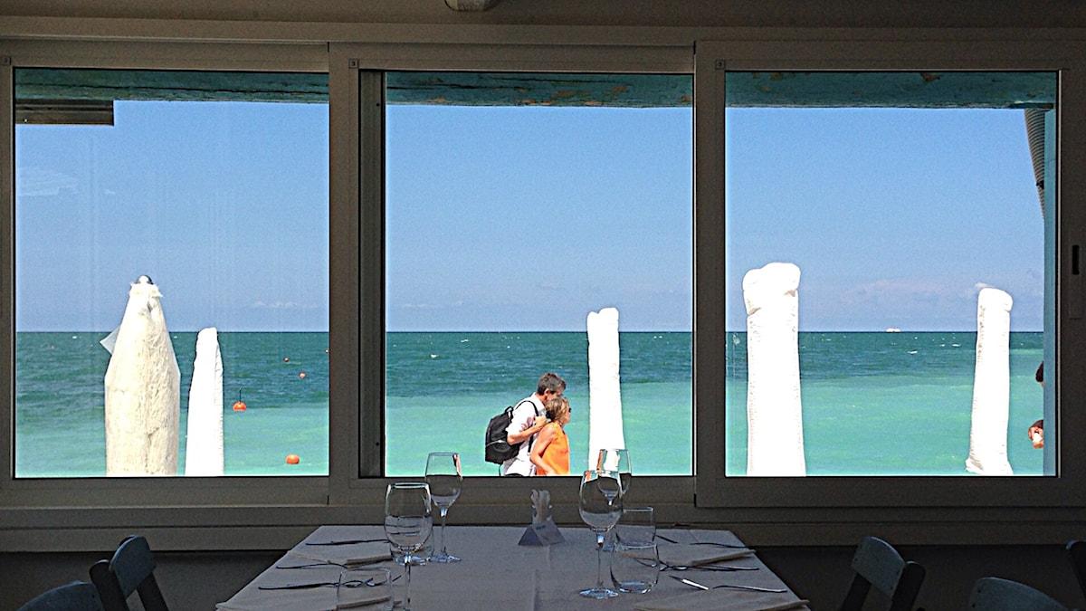 Ett sommarminne. Portonovo, Adriatiska havet, Italien. Snart serveras det musslor... Foto: Per Feltzin/Sveriges Radio