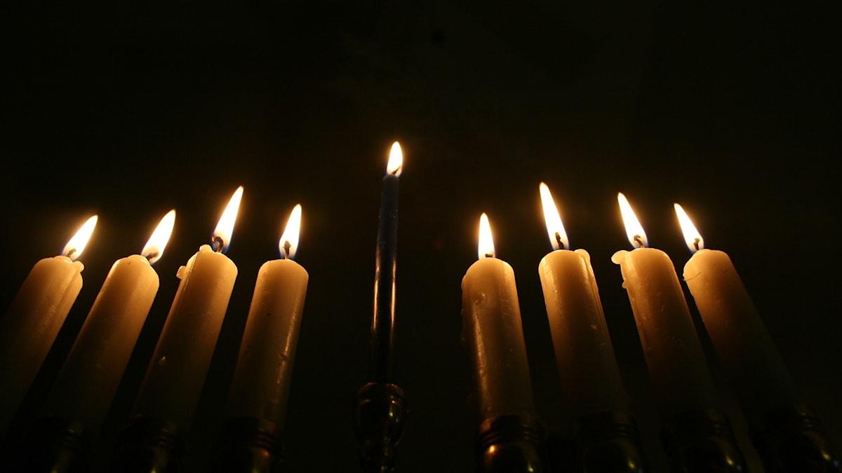Ur Wikipedia: Chanukka - man tänder ett ljus varje kväll i chanukka-staken, en åttaarmad ljusstake med plats för ett nionde ljus, som kallas tjänaren (shamash), och som används för att tända de övriga.