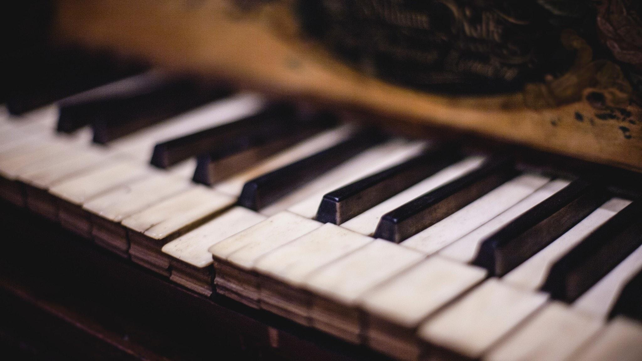 Gammalt piano, färgbild på några av tangenterna