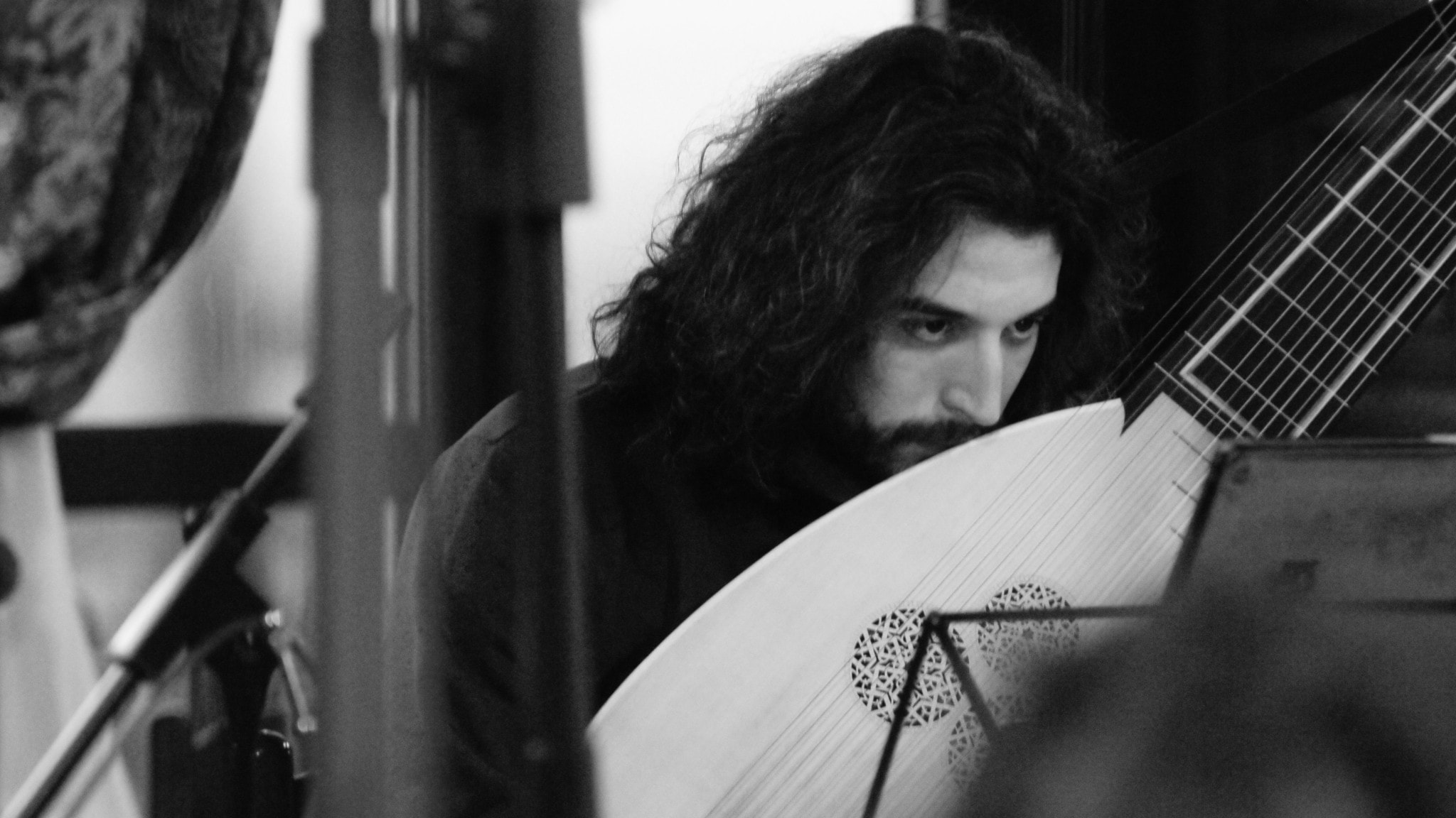 Theorbspelare Gianluca Geremia i Il pomo d'oro - svartvit bild