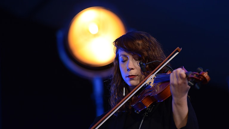 Ung kvinnlig violinist