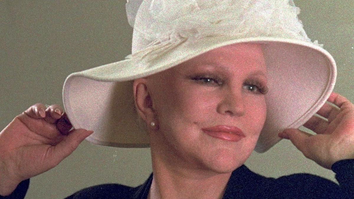 Kvinna i vit hatt