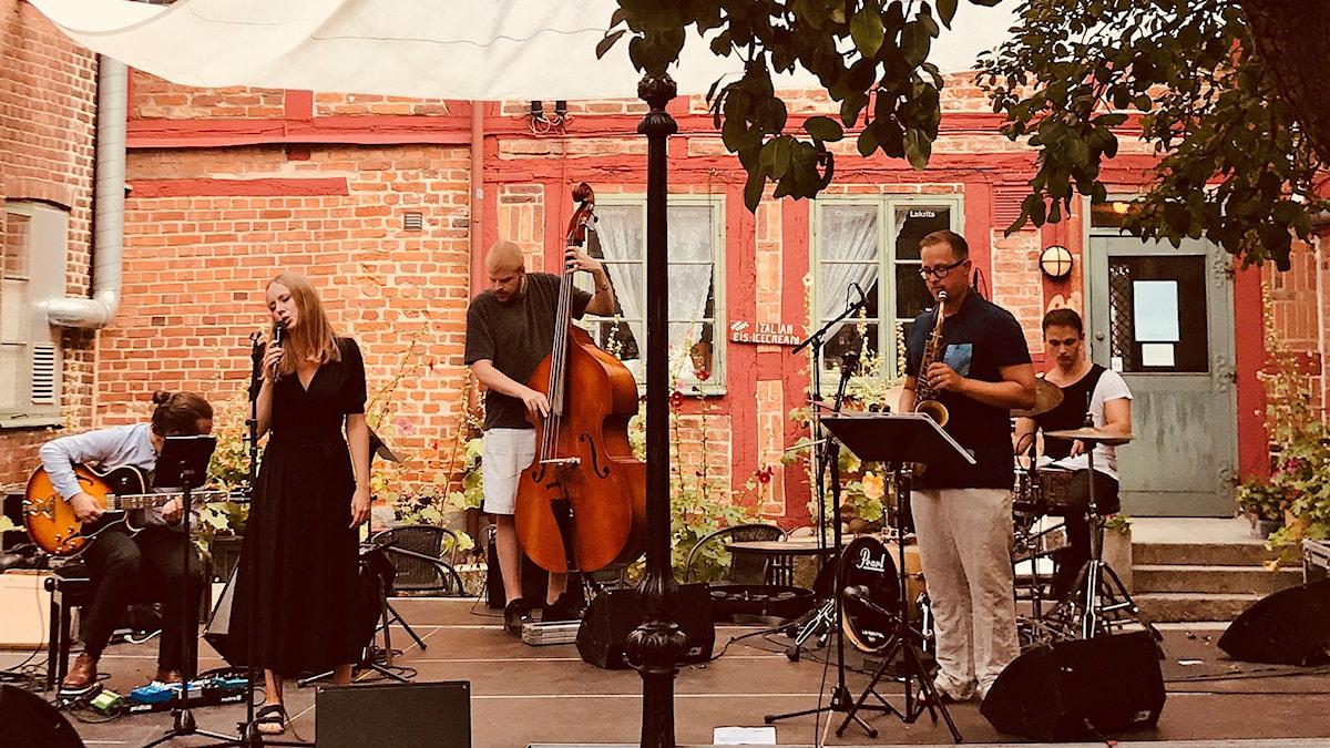 Ellen Andersson Quartet med Fredrik Kronkvist på sax på Per Helsas gård i Ystad 2 augusti 2018