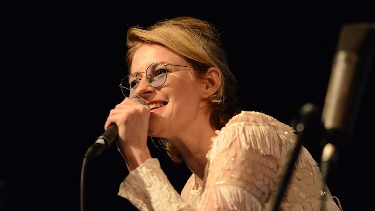Sångerskan Edda Magnason, som sjunger i en mikrofon