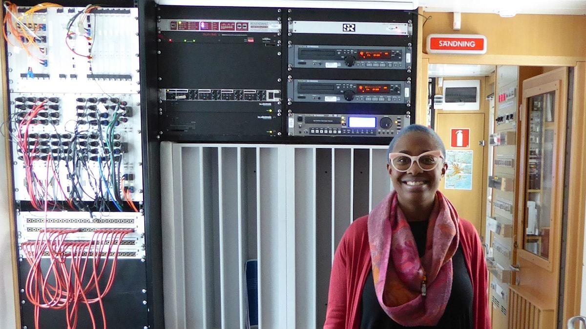 Cécile McLorin Salvant på besök i sändarbussen i samband med spelningen på Fasching. Foto: Maurice Mogard/Sveriges Radio
