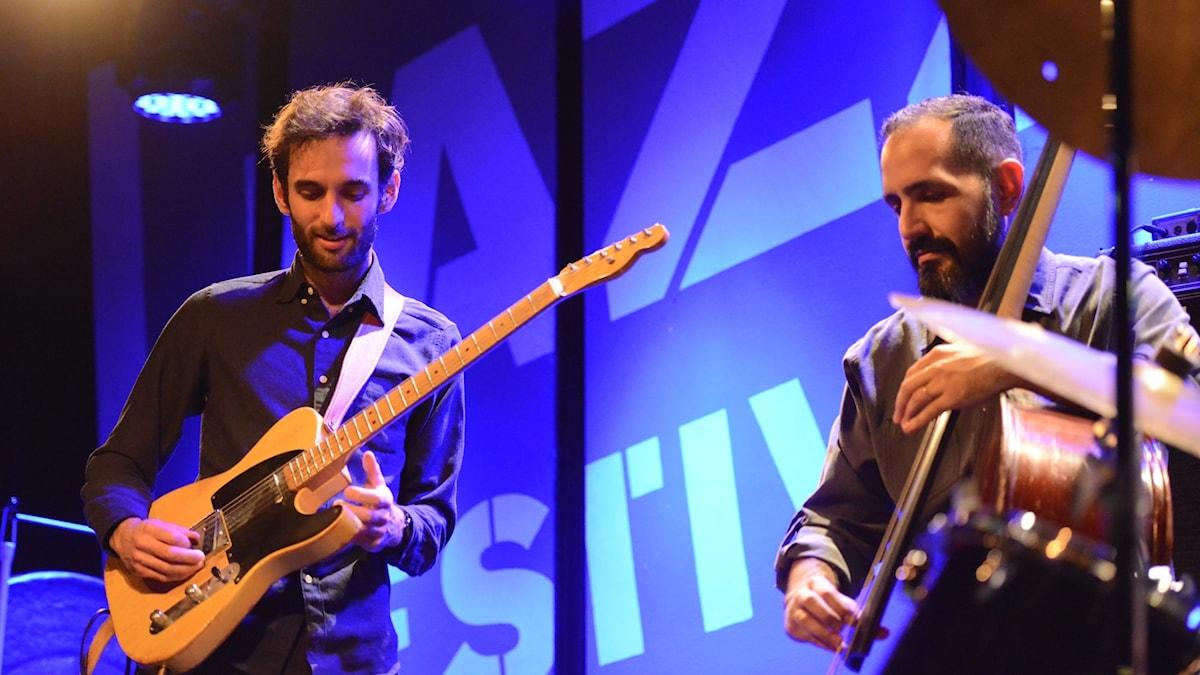 En man med elgitarr och en med kontrabas