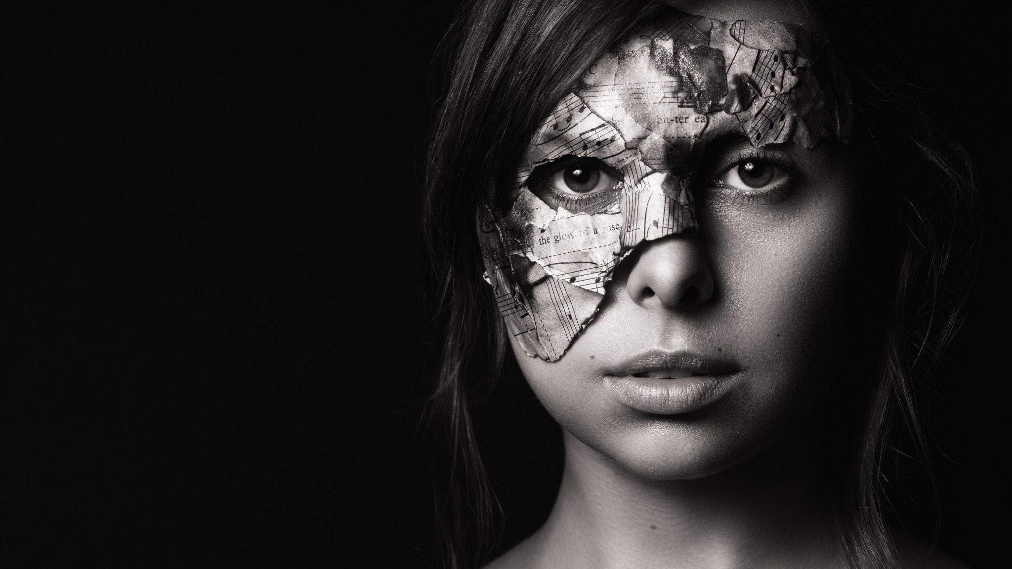 Amerikanska sångerskan Veronica Swift på en svartvit bild. Hon har en glänsande mask på ena halvan av ansiktet. Foto: Matt Baker.