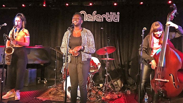 Saxofonist, sångerska och basist på jazzklubbscen