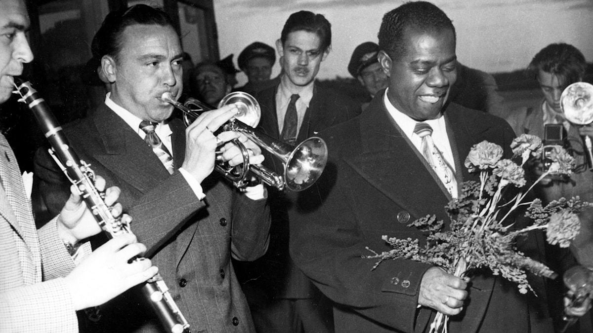 Trumpetaren Louis Armstrong möttes 1949 på Bromma flygplats av bland andra Göta Törner.