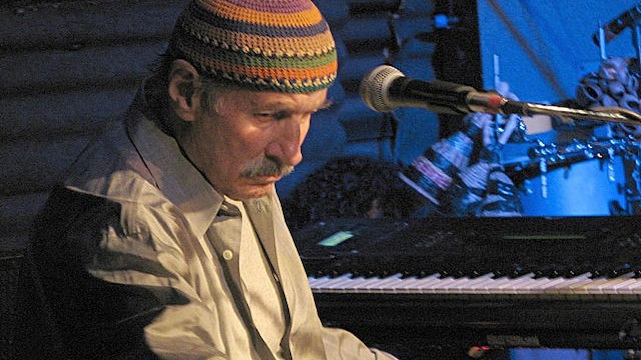 En av världens främsta keyboardister genom tiderna Joe Zawinul på scenen i Freiburg, Tyskland, 2007. Foto: Wikimedia commons.