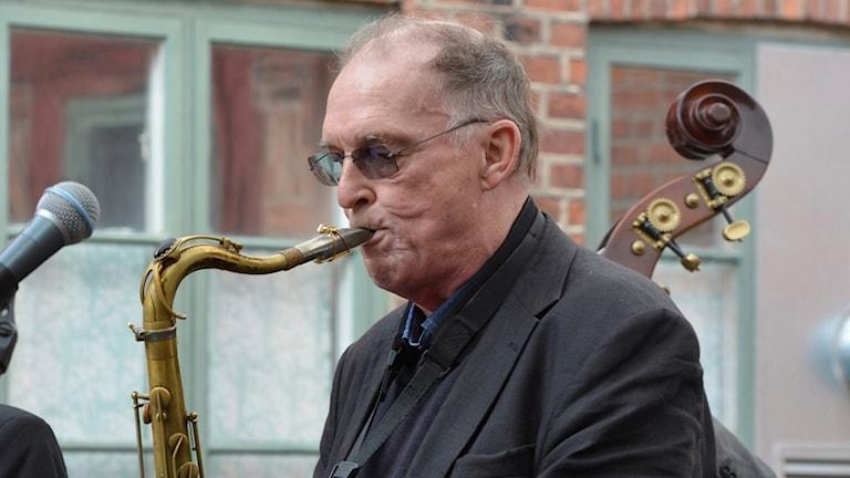 Bernt Rosengren som spelar i sin saxofon