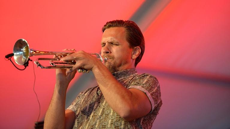 Man som spelar trumpet