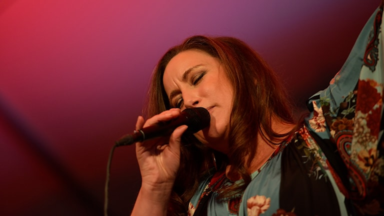 Lisa Nilsson sjunger i en mikrofon