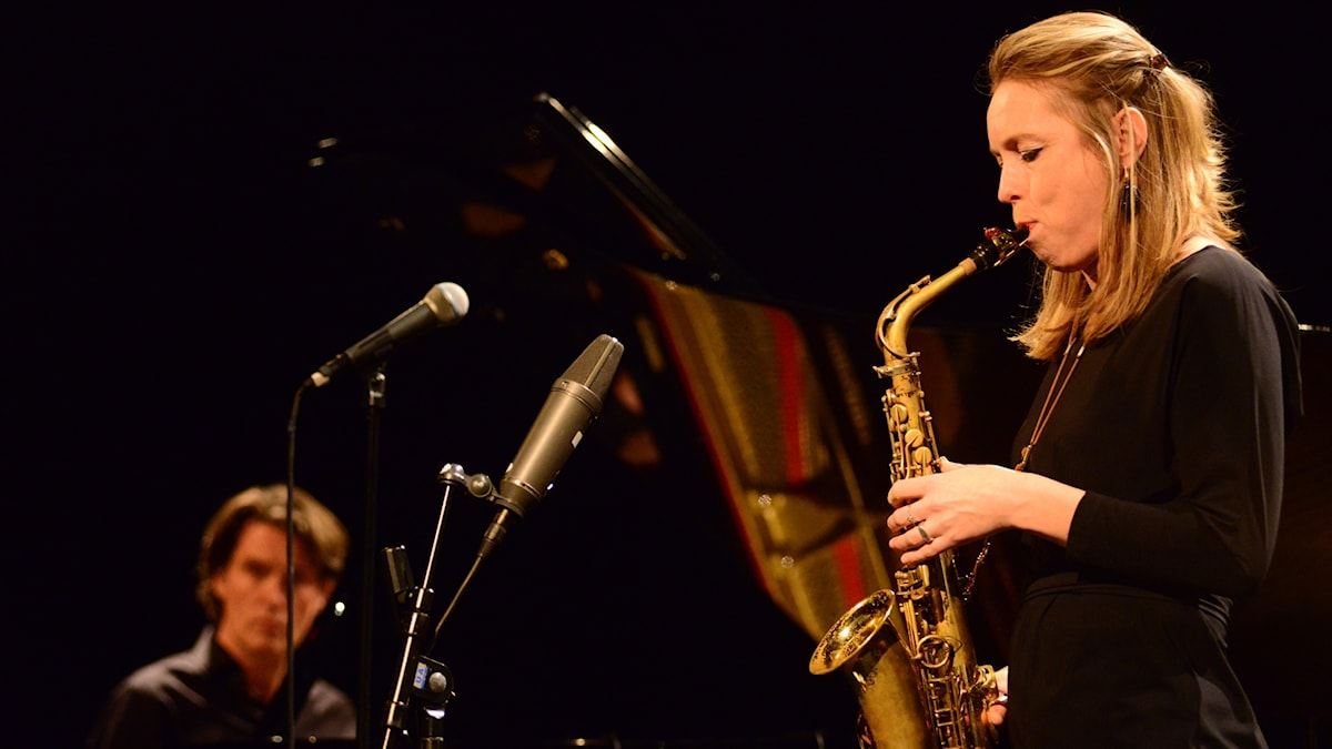 Saxofonisten Tineke Postma, i bakgrunden pianisten Mark van Roon i Studion vid Umeå jazzfestival oktober 2016