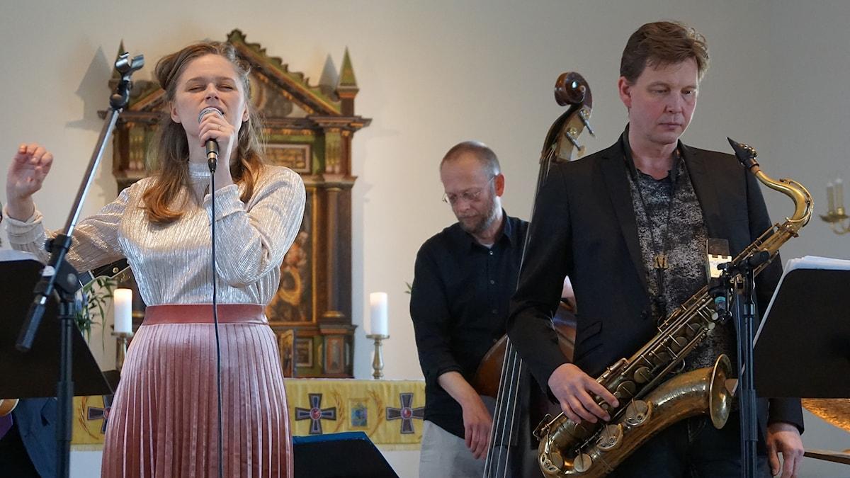 Sångerska basist och saxofonist i kyrkomiljö