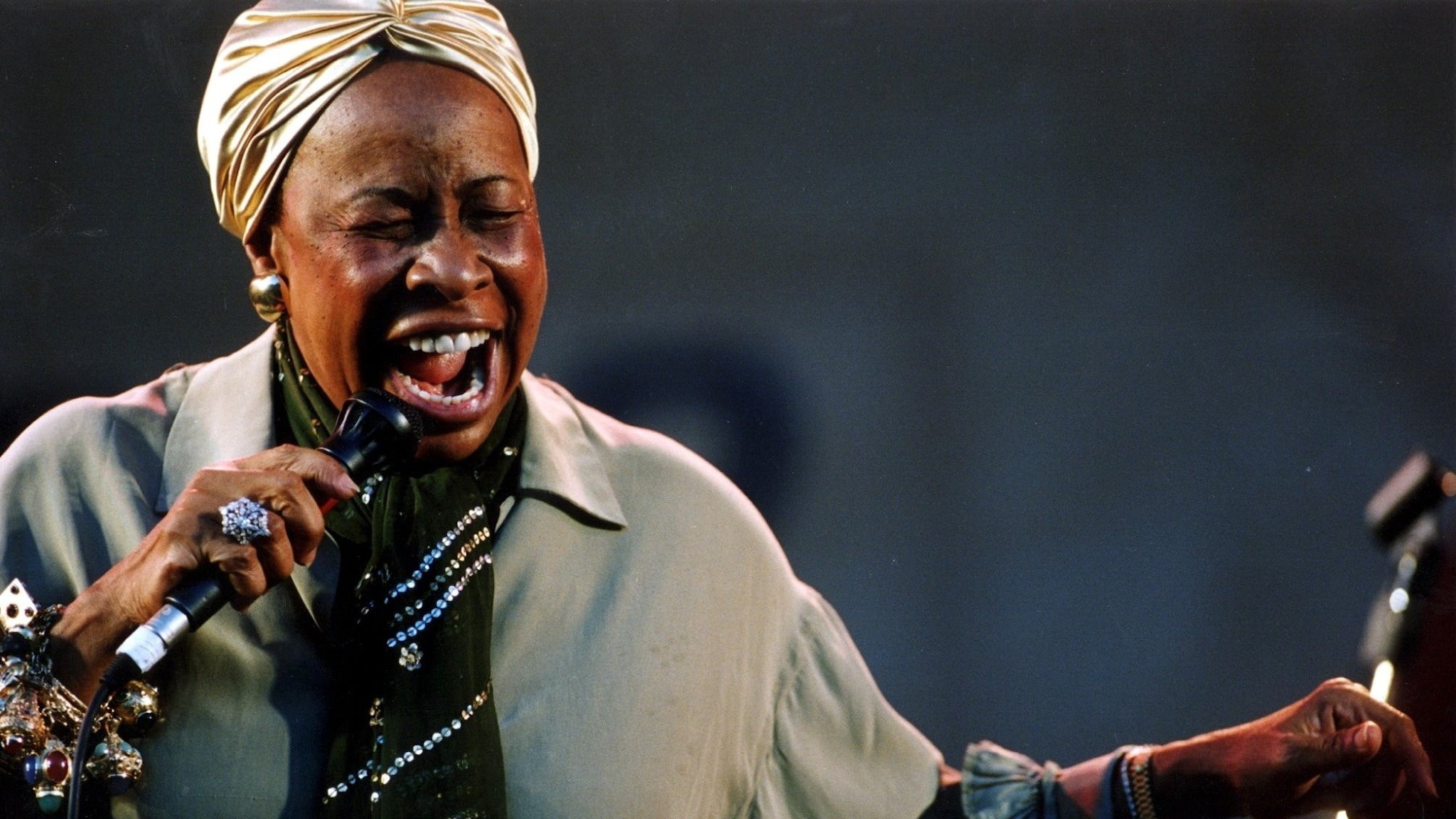 Sångerskan Betty Carter som med stor inlevelse sjunger i en mikrofon