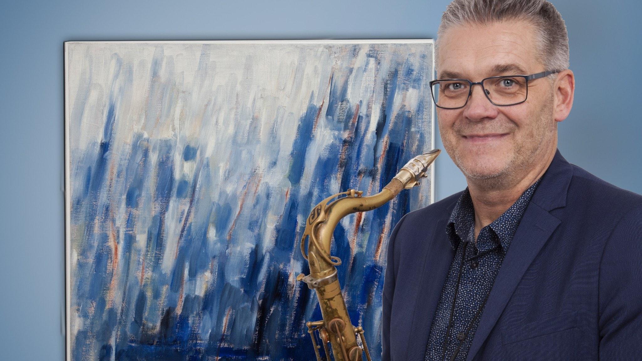 """Saxofonisten Per Thornberg framför tavlan """"Blå rytm"""" av Signe Lanje (1912-2004) som han har gjort musik till. Foto: Micke Vigh Svensson."""