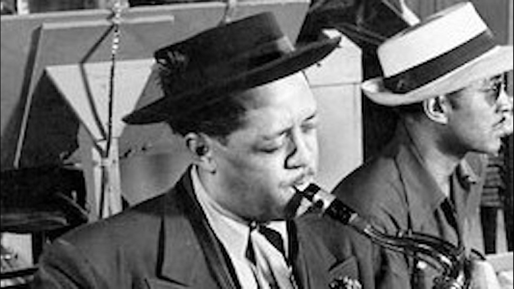 """Saxofonisten Lester Young den 25 september 1944. Han sitter med sin """"pork pie hat"""" som på svenska betyder """"gris-paj-hatt"""" för att den ser ut som en brittisk maträtt med samma namn. Foto: Ojon Mili/Wikimedia commons."""