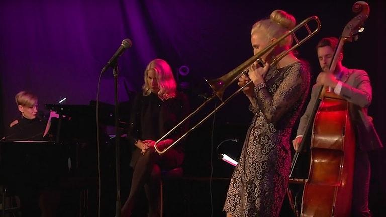 Fyra musiker på en scen