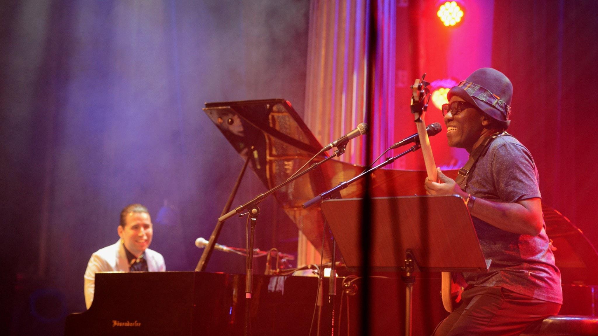 En pianist och en basist på en rökfylld scen