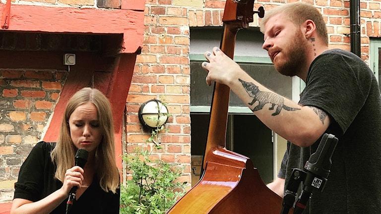 Sångerskan Ellen Andersson och basisten Hannes Jonsson på Per Helsas gård vid Ystad Sweden Jazz Festival 2018