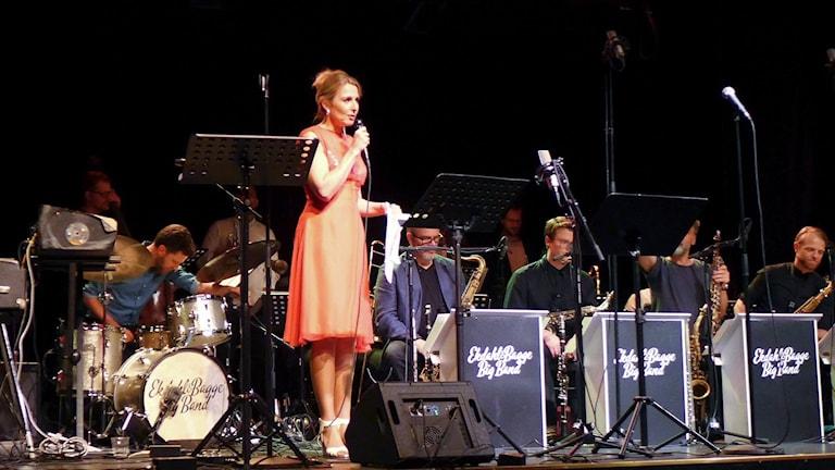 Sångerskan Margareta Bengtson med Ekdahl Bagge Big Band