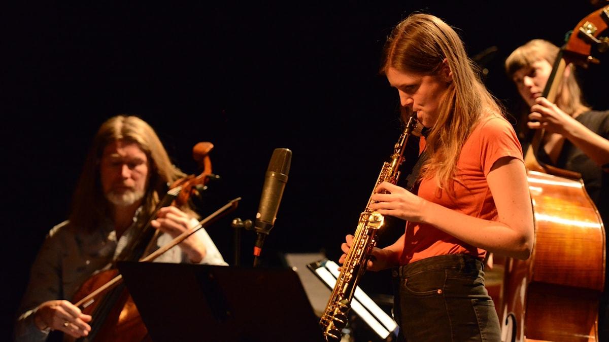 En cellist, en saxofonist och en basist