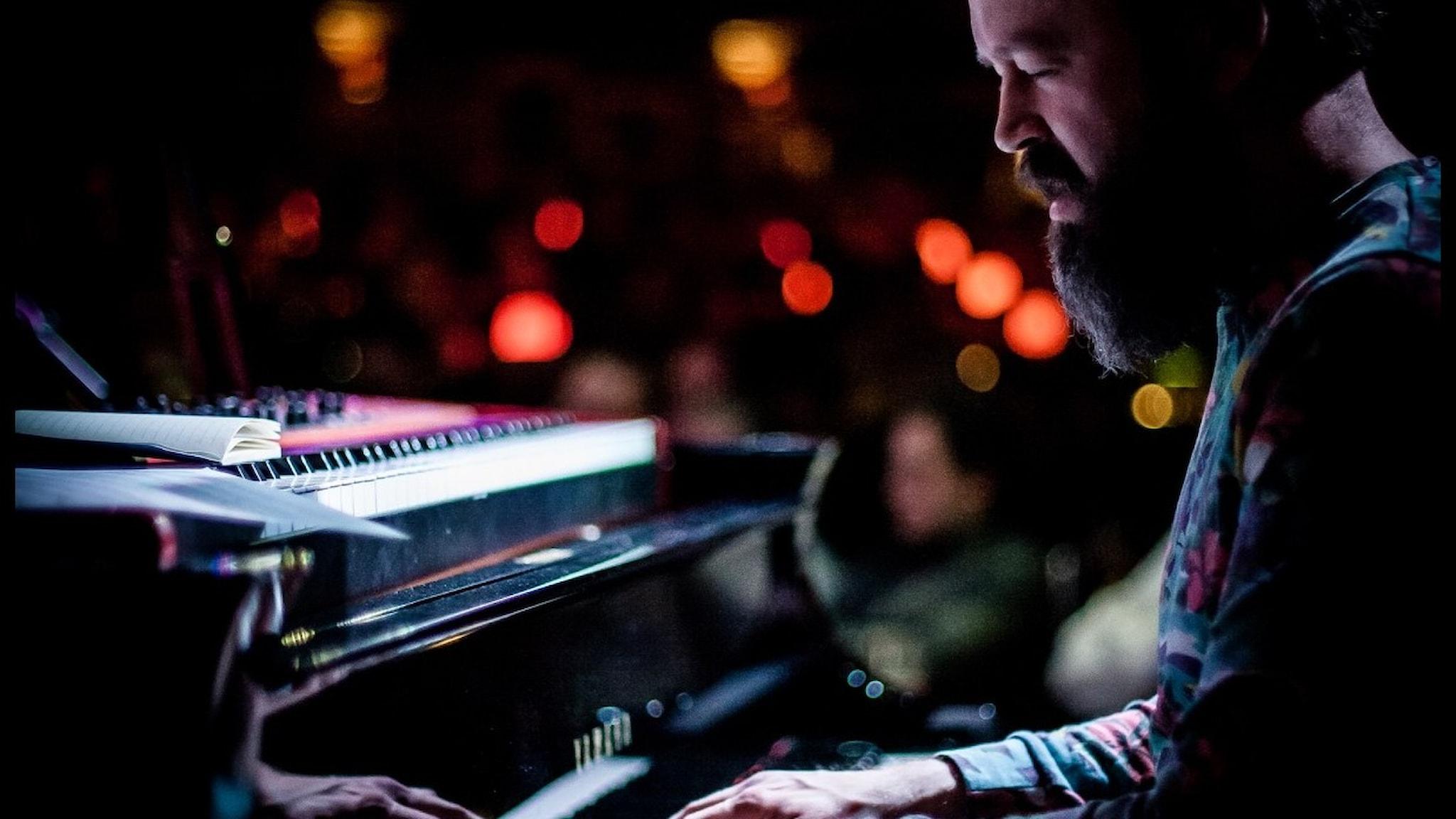 Adam Forkelid vid klaviatur.